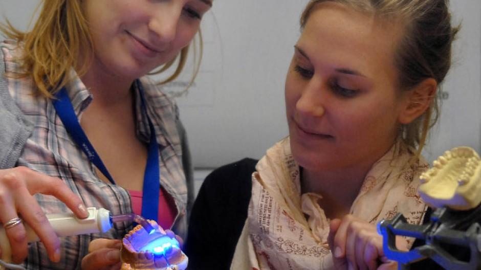 Jugend forscht: In diesem Fall haben zwei Frauen einen Kunststoff für die Zahnmedizin entwickelt