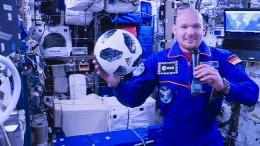 Astronaut Gerst schließt Fußballwette im All ab