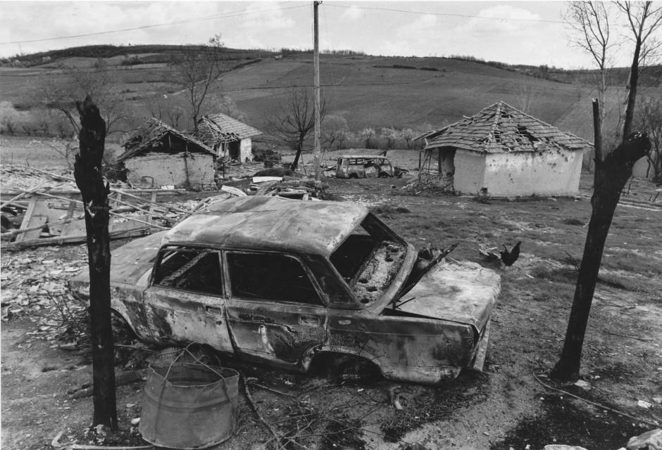 Spuren der Verwüstung: Zerstörte Häuser und ausgebrannte Autowracks im Dorf Prekaze nordöstlich von Prishtina.