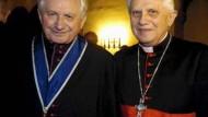 Kardinal Joseph Ratzinger (r) mit seinem Bruder Georg