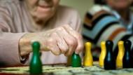 """Demenzkranke spielen in einem Seniorentreff """"Mensch ärgere Dich nicht"""""""