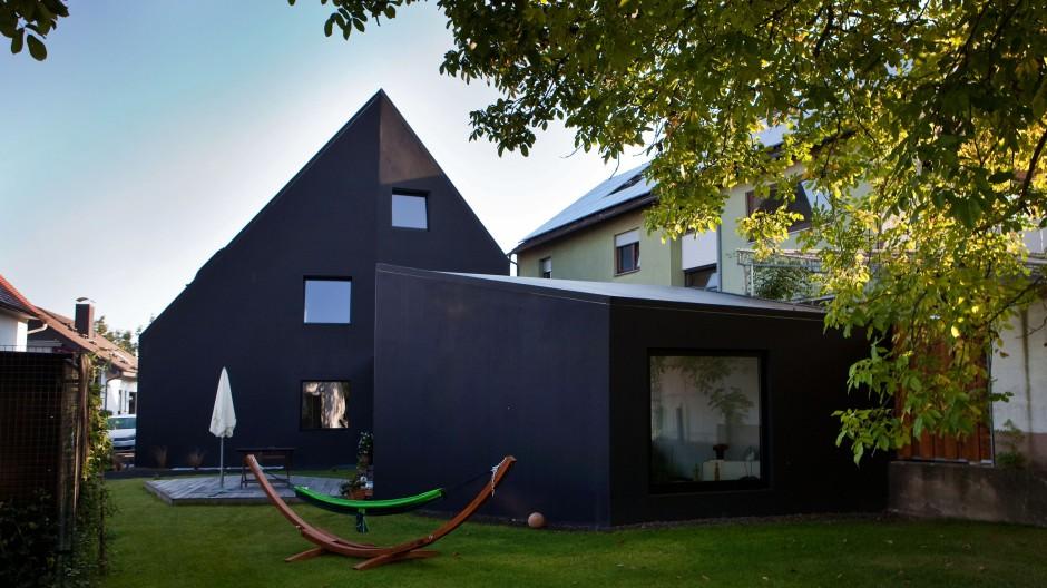 Satteldach, Haupthaus, Nebenhaus: Der Neubau M/H greift die ortsübliche Architektur auf, interpretiert sie aber neu