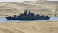Eines der beiden iranischen Kriegsschiffe am Dienstag auf dem Suezkanal