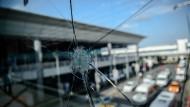 Aufräumen nach Anschlag auf Flughafen Istanbul