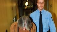 """Mit gesenktem Kopf wird der """"Fensterbohrer"""" in den Gerichtssaal geführt"""