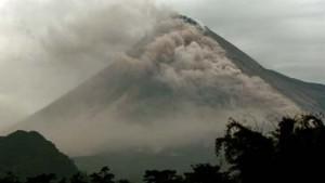 11 000 Indonesier fliehen vor brodelndem Vulkan Merapi
