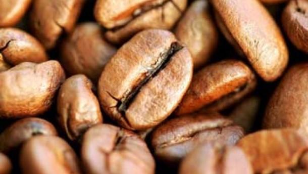 Kaffee in den Schatten gerückt