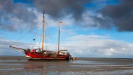 Das Plattbodenschiff Verandering liegt auf dem Grund der Weser im Wattenmeer vor Bremerhaven