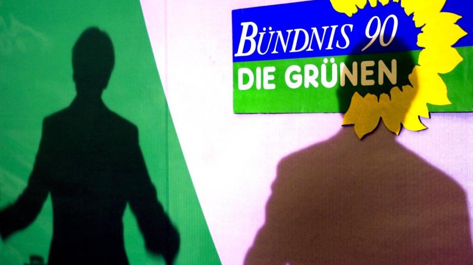 Mehr Schatten als Leitbild: Die Grünen müssen sich mit dem erschreckend unrühmlichen ersten Kapitel ihrer Geschichte befassen.