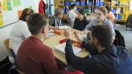Viele Schüler wissen wenig über Wirtschaft, wünschen sich aber, in der Schule mehr darüber zu erfahren.