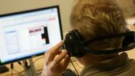 Hinterher: Ein Online-Ermittler lädt  Musikstücke von Tauschbörsen herunter.