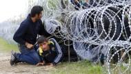 Ungarische Polizei setzt Tränengas in Flüchtlingslager ein