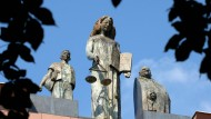 Hand an der Waage: Eine erfolglose Stellenbewerberin klagt vor dem Arbeitsgericht Darmstadt, weil sie angeblich wegen ihrer Leibesfülle abgelehnt wurde (Symbolfoto)