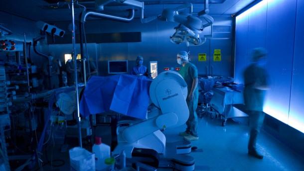 Operation an einem Hirntumor - Die OP wird mit einem Kernspintomographen, welches durch FAZ-Leserspenden finanziert wurde durchgeführt