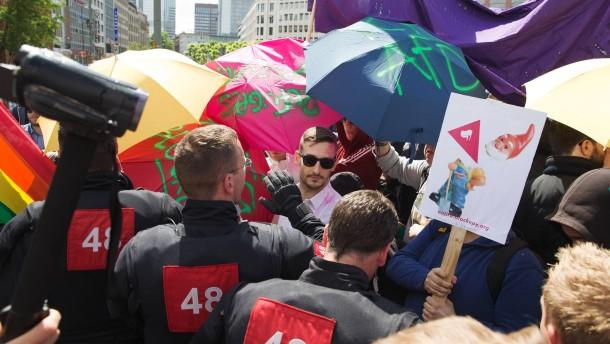 Hans-Olaf Henkel - Der AfD-Kandidat hält eine Wahlkampfrede und wird dabei von Antifa-Aktivisten unter dem Motto