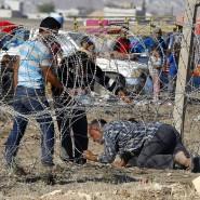 Flucht zu den Angehörigen an der geschlossenen türkischen Grenze. Während Flüchtlinge aus Syrien in die Türkei zu fliehen versuchen, wollen Kurden nach Syrien einreisen.