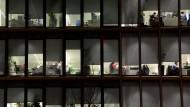 Nach Feierabend im Büro: Mehr Menschen machen mehr Überstunden und bekommen weniger Vergütung.