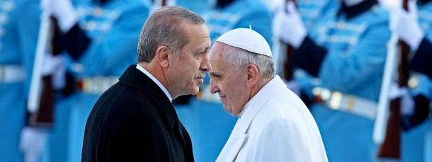 Empfang am neuen Palast: Staatspräsident Recep Tayyip Erdogan und Papst Franziskus