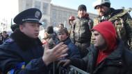 Im Gespräch: Ein Polizist, der sich auf die Seite der Demonstranten geschlagen hat