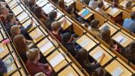 Sitzen bleiben: Mit der Bologna-Reform sollte die Studienzeit verkürzt werden. Doch viele Studenten lassen sich anscheinend nicht hetzen - im Gegenteil.