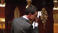 Frankreichs Regierung bleibt im Amt
