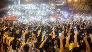 Tausende Studenten in Hongkong halten am Dienstag vor dem Regierungsgebäude der Stadt ihre Smartphones mit angeschalteten Taschenlampen hoch. Am dritten Tag in Folge demonstrieren sie für Demokratie.