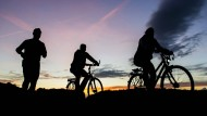 Auf zu neuen Horizonten: Sportler in der Abenddämmerung.