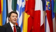 Isolator: Matteo Renzi vor den Flaggen der europäischen Union.