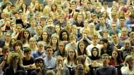 Wer heute Jura studiert weiß, dass ihm nach dem Abschluss nicht zwangsläufig eine Stelle als Richter oder Anwalt winkt. Umso verbissener wird gelernt, was examensrelevant ist.