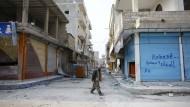 Zwei Tage nach der Befreiung Kobanes von den IS-Kämpfern durfte sich  eine Journalistengruppe kurz in der Stadt umschauen. In den Straßen sind nur noch Mitglieder der kurdischen Volksverteidigungseinheiten (YPG) zu sehen.